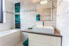 Koupelnové doplňky ladili do tyrkysové barvy, stačí je vyměnit a celkový dojem bude zase trochu jiný