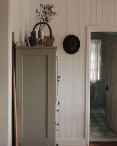 Grey cabinets, white board walls and warm woods. Décor Antique, Grey Cabinets, Cupboards, Home Interior, Cozy House, My Dream Home, Decoration, Scandinavian Style, Sweet Home