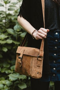 """Schlicht, geräumig und wetterfest- das ist """"Rike"""". Diese praktische und stilvolle Handtasche aus stabilem Büffelleder ist die perfekte Begleitung im Alltag. Nicht nur bietet sie ausreichend Platz im Innenraum mit integriertem Reißverschlussfach, die Tasche hält auch Wind und Wetter jederzeit stand. Als Schutz vor Nässe bietet die Klappe mit Magnetverschluss überlappende Kanten, sodass Regenwasser einfach an den Seiten der Tasche abläuft."""