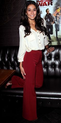 inspiration Emmanuelle Chriqui WHAT SHE WORE Chriqui attended the N. premiere of 5 Days of War in cabernet trousers from Tucker by Gaby Basora and a sheer blouse. Style Me, Cool Style, Work Fashion, Fashion Tips, Fashion Fashion, Womens Fashion, Outfits Otoño, Red Pants, Green Jeans