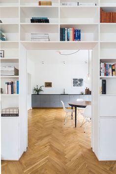 Hvit bokhylle inn mot kjøkkenet