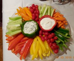 Christmas veggie and dip platter - Party-Snacks, Recipes Appetizers And Snacks, Snacks Für Party, Healthy Recipes, Christmas Veggie Tray, Christmas Appetizers, Christmas Snacks, Veggie Platters, Cheese Platters, Charcuterie And Cheese Board