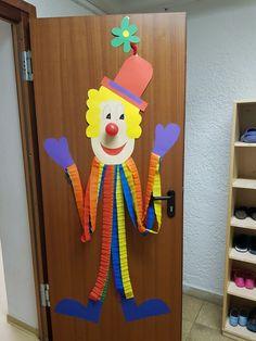 Ein Clown der gute Laune verbreitet und die Kinder schon auf Fasching einstimmt … A clown who spreads the good mood and the children are [. Clown Crafts, Circus Crafts, Carnival Crafts, Carnival Decorations, School Decorations, Decor Crafts, Fun Crafts, Diy And Crafts, Crafts For Kids