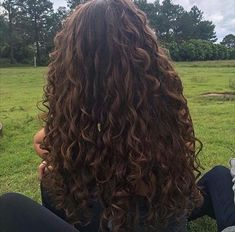 Stylish Curly, Wavy and Plump Hairstyles Curly hair has always had a distinct air. Nowadays, curly hair is in the Curly Hair Styles, Curly Hair Care, Natural Hair Styles, Long Natural Curls, Big Curly Hair, Long Wavy Hair, Hair Inspo, Hair Inspiration, Aesthetic Hair