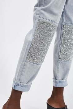 Crafted from pure cotton, these MOTO Mom jeans come in an authentic bleach rigid-look denim. Cut with a high-waist and a tapered leg, they feature multiple pockets, tapered legs and encrusted stone detail to the calves. Diy Jeans, Women's Jeans, Skinny Jeans, Denim Fashion, Fashion Outfits, Fashion Trends, Beste Jeans, Best Jeans For Women, Look Jean