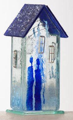 Møllehusets Glas: 46 - hvidt hus med blåt tag 18cm