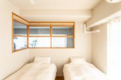 【EcoDecoスタッフ岡野の自邸リノベーション】内窓を通して、リビングやキッチンから寝室の様子を確認できるようにしている。家族が風邪をひいたときや、将来自宅での介護が必要になったときも安心。#内窓 #寝室 #ベッド #プリーツスクリーン #フローリング #EcoDeco #エコデコ #インテリア #リノベーション #renovation #東京 #福岡 #福岡リノベーション #福岡設計事務所 Spaces, Mirror, Furniture, Home Decor, Decoration Home, Room Decor, Mirrors, Home Furnishings, Home Interior Design