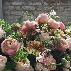 Good Morning and happy lazy Sunday morning to you. So we are up and at it early this morning preparing for our wedding today and tomorrow. So thrilled to be joined by fellow Chapel Designer Lori from @wearepetaloso who has nipped down from Brixton to see how us English florist work. Hope you all have a lovely day