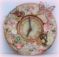 Relógio todo trabalhado em arte scrap.