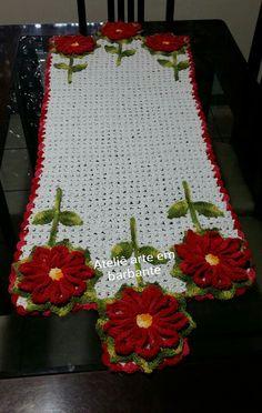 trilho na cor branca e com flores na cor vermelha <br> <br>com 1.35 x 48 mts. . Crochet Table Runner, Table Runner Pattern, Crochet Tablecloth, Crochet Doilies, Crochet Flowers, Crochet World, Crochet Home, Crochet Designs, Crochet Patterns