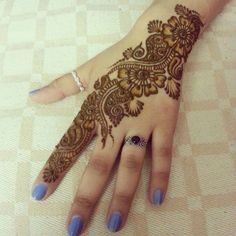 A beginner artist will always look for simple and easy henna designs that they can try in one go. But easy mehandi designs are hard to find. We have collected here really simple mehndi designs that you can try. Easy Mehndi Designs, Henna Hand Designs, Dulhan Mehndi Designs, Latest Mehndi Designs, Bridal Mehndi Designs, Mehendi, Mehndi Designs Finger, Indian Henna Designs, Mehndi Designs For Girls