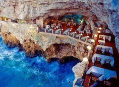 ブーツ型をしたイタリアのアキレス腱辺りに位置するバーリ。 この街の海沿いの洞窟に、レストラン「グロッタ パラッツェーゼ」があります。 絶景に見とれて食べるのを忘れてしまうかも!?人生で一度は訪れたい素敵なレストランです。
