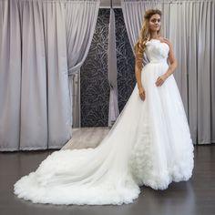 a6b01f1b9e343b7 Необычное воздушное платье с очень длинным шлейфом, который украшен розами  из ткани. Укороченный корсет