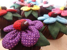 Flor, joaninha e flores feitas com tecido 100% algodão, base em helanca.    *** Também pode ser feita sob encomenda nas cores de sua preferência***