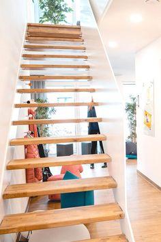Diele mit einer schicken, geradläufigen Treppe mit Holzstufen. #livinghaus #musterhaus