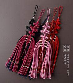 금길매듭노리개 Korean Crafts, Chinese Crafts, Macrame Projects, Sewing Projects, Rakhi Bracelet, Korean Tattoos, Creative Box, Korean Traditional, Micro Macrame