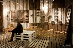 Image 1 of 11 from gallery of Clae Pop-up Shop / mode:lina architekci. Courtesy of mode:lina architekci Pallet Display, Shoe Display, Retail Store Design, Retail Shop, Retail Displays, Window Displays, Design Shop, Shop Interior Design, Pop Up Stores
