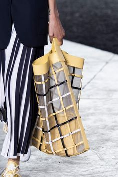 Phillip Lim Spring 2020 Fashion Show Details. All the fashion runway close-up details, shows, and handbags from the Phillip Lim Spring 2020 Fashion Show Details. Fashion Bags, Runway Fashion, Fashion Show, Fashion Outfits, Fashion Design, Fashion Trends, Trendy Handbags, Vintage Handbags, Milan Fashion Weeks