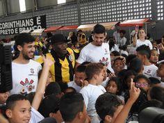 Agarrões e sorrisos: corintianos comemoram o Dia das Crianças #globoesporte