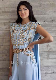 Moroccan caftan by Romeo designer. Morrocan Dress, Moroccan Caftan, Oriental Dress, Oriental Fashion, Hijab Evening Dress, Casual Dresses, Fashion Dresses, Mode Abaya, Arab Fashion