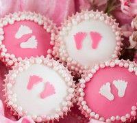 Maak deze schattige baby girl cupcakes al er een meisje geboren is. De cupcakes maak je eenvoudig met de FunCakes mix voor cupcakes.