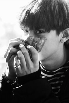 """Exo - Chanyeol """"Why do I find this picture awkward and yet sexy at the same time?"""""""