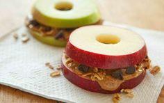 Sandwich diferentes solo necesitas: 2 Manzanas. 4 Onz. De mantequilla de maní.  1 Cucharada de pasas y nueces.