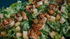 Para modificar a salada caeser de sempre, Carolina Ferraz usa o camarão