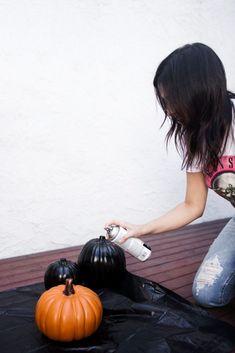 How to Make DIY Black Pumpkins for Halloween Decor Fake Pumpkins, Glitter Pumpkins, White Pumpkins, Painted Pumpkins, Chic Halloween Decor, Diy Halloween, Halloween Pumpkins, Halloween Decorations, Halloween Stuff