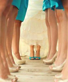 Carina l'idea di usare gli stessi colori invertiti per sposa e damigelle