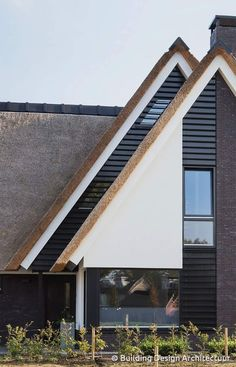 Mooie gootafwerking en strakke witte beplating Different House Styles, Modern Homes, Building Design, Sweet Home, Stairs, Houses, Exterior, House Design, Architecture
