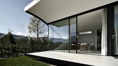 Mirror Houses is a minimalist house located in Bolzano, Italy, designed by Peter Pichler.The new structure is oriented towards east with their private garden and an autonomous access and parking for their guests. (10)