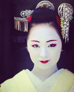 Amazing maiko kanzashi (worn by Mikako) This photo has already become iconic and it is just perfect for Mikako, one of the most famous Maiko of Kyoto.