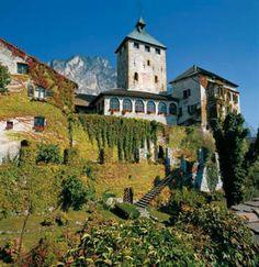 Oggi il #CastelIvano di Ivano-Fracena in #Valsugana! Mura #medioevali e residenza #rinascimentale, in #autunno è uno spettacolo d'arte!  Ph Credits: visittrentino.it; icastelli.it