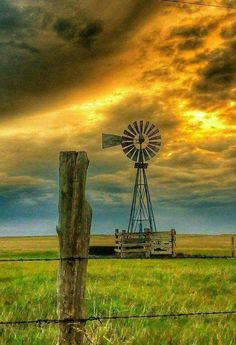 Windmill in outback Australia Beautiful World, Beautiful Places, Farm Windmill, Old Windmills, Fotografia Macro, Country Scenes, All Nature, Jolie Photo, Old Barns