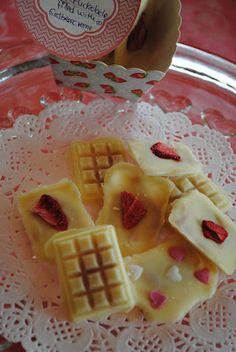 Weiße Schokolade gefüllt mir Erdbeercreme