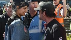 Saffiyah Khan, a mulher que enfrentou sorrindo racistas na Inglaterra