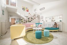 Culori pastelate și imprimeuri vesele într-o casă din Arad – Fabrika de Case    #Pastelcolours #sofa #interiordesign