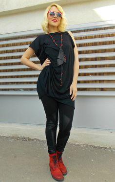 Top asymétrique noir avec plis latéraux et arrière latérale fente. Lâche vaporeux haut parfait pour les parties et lusure de la journée.  Matière : 95 % Viscose, 5 % élasthanne  Conseils dentretien: lavage à 30 °.  Collier en cuir noir cravate : https://www.etsy.com/listing/228935687/genuine-leather-necklace-black-tie  Le pantalon sur la photo : https://www.etsy.com/listing/210996288/black-stretch-pants-with-genuine-leather   Le modèle de la photo est de taille S.  Peut être fait dans toutes…