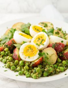 This is potato and egg salad is so easy to throw together, you need just basic and inexpensive ingredients and a flavorsome herbed mustard vinaigrette. Potato Salad Dill, Potato Salad Dressing, Potato Salad With Egg, Egg Salad, Spinach Salad, Healthy Recipes, Healthy Salads, Vegetarian Recipes, Pea Recipes