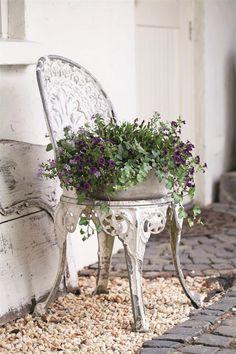 Chair Planter, European Home Decor, European Garden, Deco Floral, Living Magazine, Great Christmas Gifts, Garden Inspiration, Garden Art, Organic Gardening