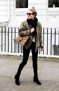 Street style look blusa listrada, golça tricot,  parka verde militar e bota preta.