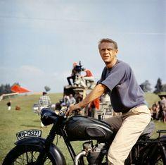 """Steve McQueen durante el rodaje de """"La Gran Evasión"""", 1963"""