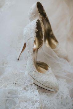 Romantische bruidsschoenen bewerkt met wit kant.