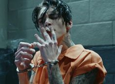 Whoever this is or from wherever this scene is from, who else agrees that this is a fitting jason todd in both physically and scenario -Its Andy Black from BVB ♥ Beautiful Boys, Pretty Boys, Xavier Samuel, Bad Boy Aesthetic, Aesthetic Fashion, Johny Depp, Andy Black, Jolie Photo, Black Veil Brides