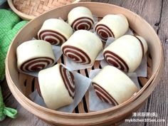 Mantou (or Chinese/Oriental Steamed Bun) made with pumpkin flesh has a nice golden yellow colour. It has mild sweet flavour with soft and fluffy texture. You may made this pumpkin mantou ahead of t… Chinese Mantou Recipe, Chocolate Flavors, Vegan Chocolate, Chinese Bun, Chinese Food, Chinese Desserts, Just Desserts, Dessert Recipes, Sweet Potato Buns