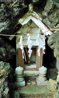Hokora at Hato Mori Hachiman Shrine. Dōsojin can sometimes be enshrined in small roadside Shinto shrines called hokora.