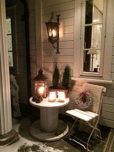 Landliv med sjel og sjarm: Jul på trammen Wooden Spool Tables, Wooden Spools, Patio, Backyard, Deck Decorating, Outdoor Furniture Sets, Outdoor Decor, Cozy House, Rustic Decor