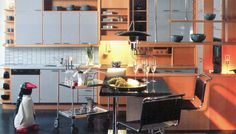 Puustellin keittiö 1980-luvulta. Pyökki, avohyllyt ja eri materiaalien yhdistely yleistyivät keittiöissä.