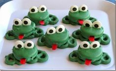 Oreo Pretzel Frogs These are a fun super easy treat that kids (big and small) will love. A fun project for spring or any time of year. The post Oreo Pretzel Frogs was featured on Fun Family Crafts. Fudge, Paletas Chocolate, Oreos, School Treats, Family Crafts, Food Crafts, Edible Crafts, Oreo Cookies, Cute Food